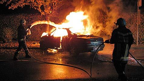 Rübentransporter in OÖ umgekippt ++ Pkw ausgebrannt (Bild: FF Laakirchen)
