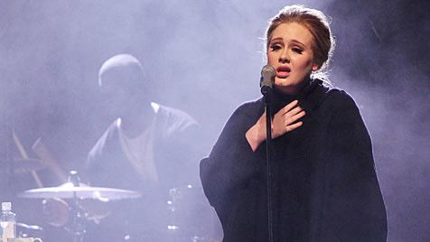 Sängerin Adele sagt bis Ende 2011 alle Live-Auftritte ab (Bild: EPA)