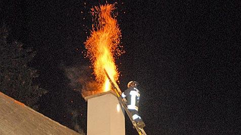 NÖ: Meterhohe Flammensäule bei Kaminbrand (Bild: APA/MARTIN HOFBAUER/BFK MÖDLING)