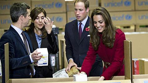 Kate und William packten Hilfspakete für Afrika (Bild: EPA)