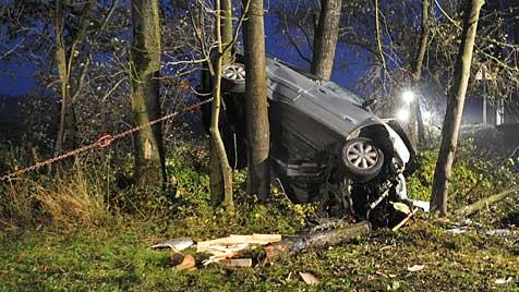 16-jähriger Alko-Lenker schrottet gestohlenes Auto (Bild: APA/FEUERWEHR WEILBACH)