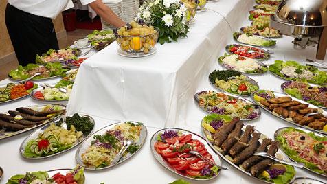 Kleiner Knigge für die Köstlichkeiten am  Hotel-Buffet (Bild: thinkstockphotos.de)