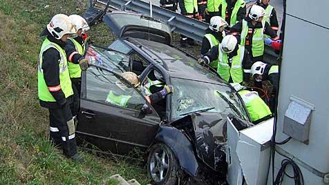 Pkw-Lenker bei Unfall auf S1 schwer verletzt (Bild: APA/ÖAMTC)
