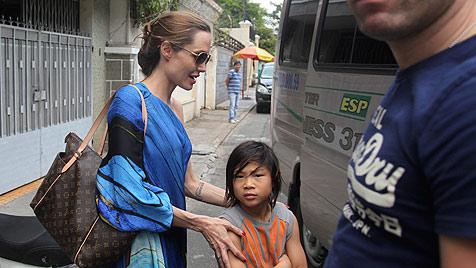 Jolie & Pitt zeigen Adoptivsohn Pax sein Geburtsland (Bild: AP)