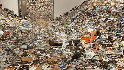 Kunstaktion zeigt Flickr-Bilderflut eines Tages (Bild: Erik Kessels © Gijs van den Berg)