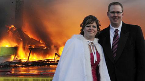 Kanadisches Paar gibt sich trotz Brand das Jawort (Bild: AP/The Canadien Press)