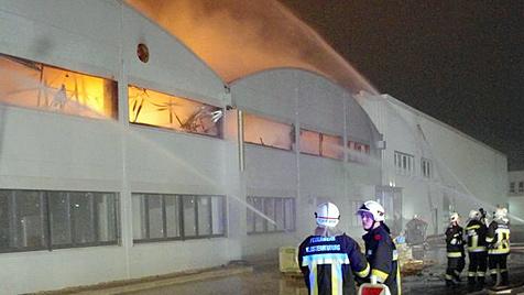 NÖ: Großbrand in frisch renoviertem Stofflager (Bild: APA/FEUERWEHR)