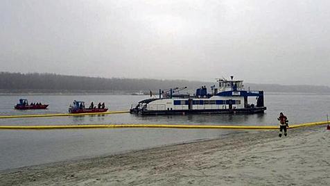 Schiff auf Donau bei Melk havariert - Leck geschlossen (Bild: APA/FEUERWEHR)