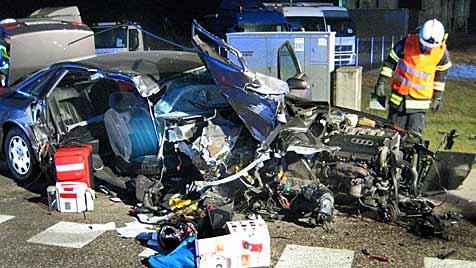 OÖ: Auto bei Kollision mit Ampel regelrecht zerfetzt (Bild: APA/FF RUTZING)