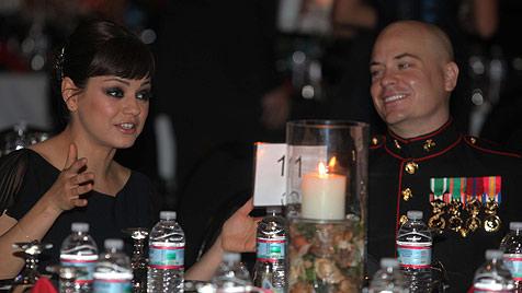Mila Kunis begleitet US-Soldaten zum Marine-Ball (Bild: AP)