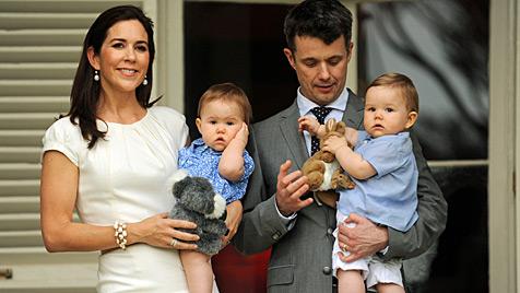 Prinzessin Mary zeigt den Zwillingen ihre Heimat (Bild: EPA)