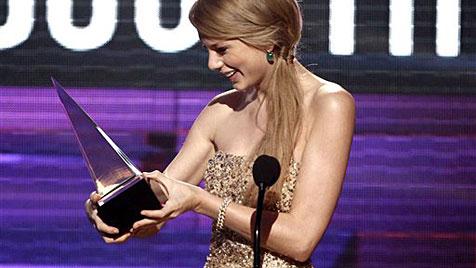 Taylor Swift räumt bei American Music Awards ab (Bild: AP)