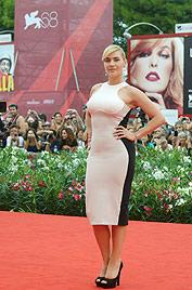 Cool: Kate Winslet trickst sich optisch einfach schlanker (Bild: AP)