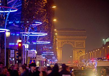 Audrey Tautou entzündet Lichter an Champs-Elysees (Bild: AFP)
