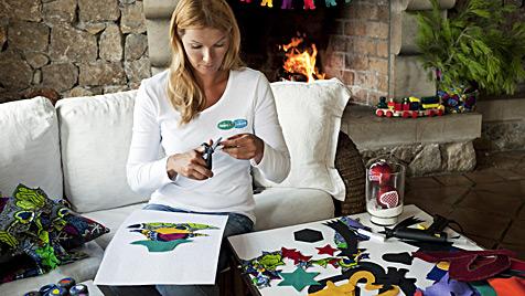 Franziska van Almsick bastelt Weihnachtskarte (Bild: Pampers)
