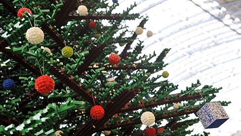 Größter Christbaum aus Lego-Steinen steht in London (Bild: EPA)