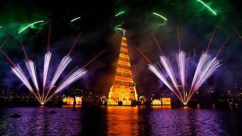 Schwimmender Weihnachtsbaum erstrahlt in Rio (Bild: AP)