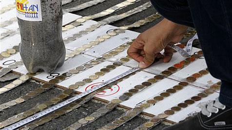 Philippinen: Mehr als 73 Kilometer Münzen gelegt (Bild: AP)