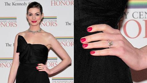 Anne Hathaway zeigt erstmals ihren Verlobungsring (Bild: AP)