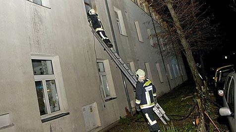 Flüchtlingsheim von zwei Burschen (15) in Brand gesteckt (Bild: APA/STEFAN SCHNEIDER/PRESSESTELLE BFKDO BADEN)