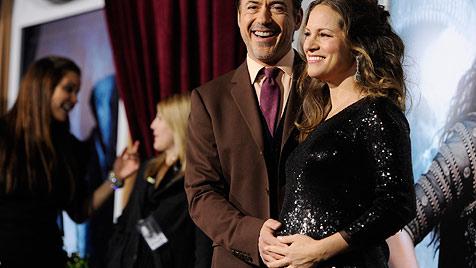 Robert Downey Jr. mit schwangerer Frau bei Premiere (Bild: AP)