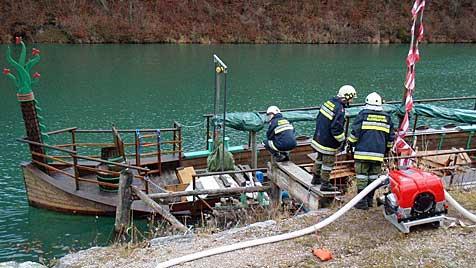 Vandalen wollten in OÖ Wikingerschiff versenken (Bild: Feuerwehr Kleinreifling)