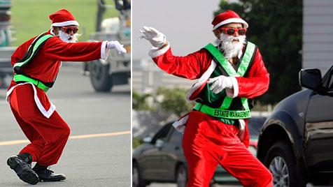 Weihnachtsmann dirigiert tanzend Verkehr in Manila (Bild: AFP/EPA)