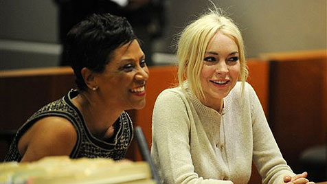 Lindsay Lohan freut sich über Lob ihrer strengen Richterin (Bild: AP)
