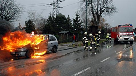 NÖ: Opel brennt im Bezirk Mödling spektakulär aus (Bild: Herbert Wimmer/BFK Mödling)