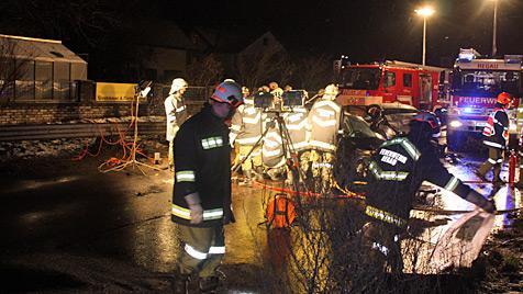 18-jähriger Beifahrer stirbt bei Glatteis-Unfall in OÖ (Bild: Freiwillige Feuerwehr Regau)
