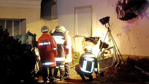 Mit Auto gegen Hausmauer: 19-Jähriger in NÖ tot (Bild: FF Obritz)