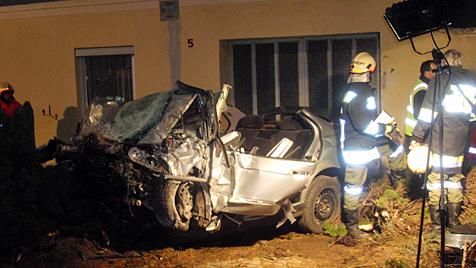 Mit Auto gegen Hausmauer: 19-Jähriger in NÖ tot (Bild: APA/FF-OBRITZ)
