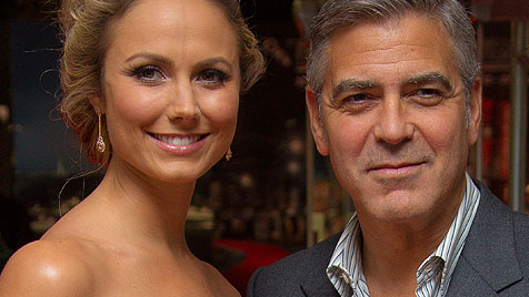 George Clooney hat seine Stacy im Urlaub doch dabei (Bild: AP)