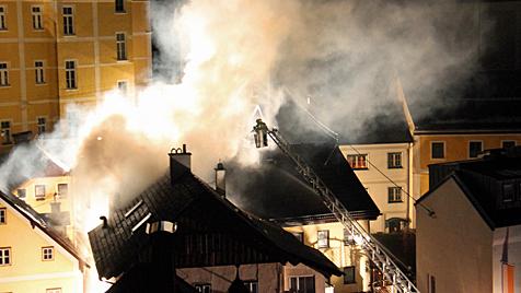 Nach Gasexplosion: 45-J�hriger k�mpft um sein Leben (Bild: APA/REINHARD H�RMANDINGER)