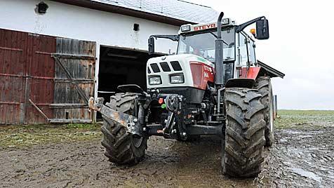OÖ: Betrunkener zog mit Traktor Spur der Verwüstung (Bild: APA/Werner Kerschbaummayr)