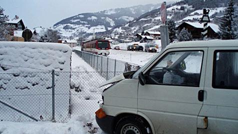 Touristen-Kleinbus kracht in Pinzgauer Lokalbahn (Bild: FF Piesendorf)