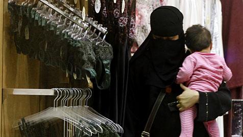 Saudische Männer dürfen nicht mehr Dessous verkaufen (Bild: AP)