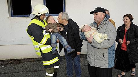 Nachbar rettet Baby und Brüderchen in NÖ vor Feuertod (Bild: Imre Antal)