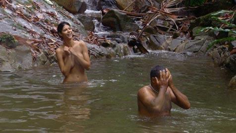 Dschungel-Luder Micaela zieht vor Ailton völlig blank (Bild: © RTL)