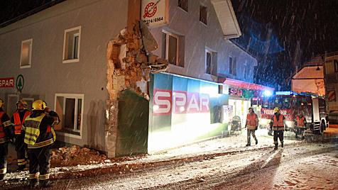 Kühllaster kracht mit voller Wucht in Supermarkt (Bild: Hermann Kollinger)