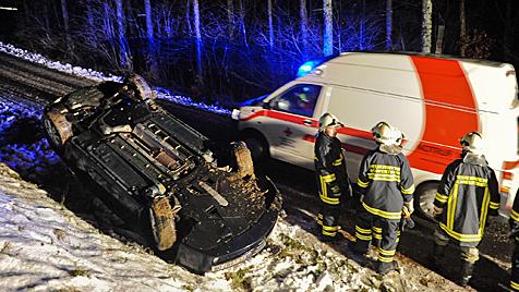 Auto überschlägt sich bei Unfall auf Güterweg in OÖ (Bild: APA/WERNER KERSCHBAUMMAYR)