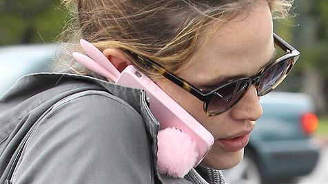 Hochschwangere Jennifer Garner mit lustigem Handy (Bild: Viennareort)