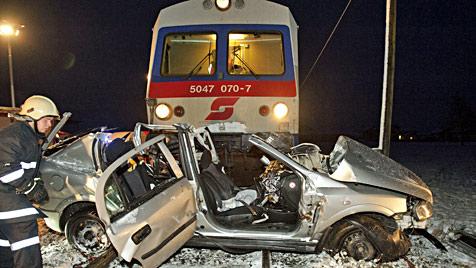 Zug rammt Pkw in OÖ: 20-Jähriger schwer verletzt (Bild: APA/MANFRED FESL)