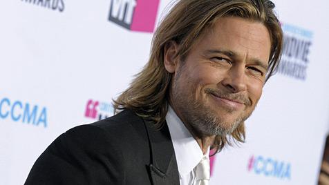 Brad Pitt schürt erneut Gerüchte um eine Hochzeit (Bild: AP)
