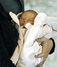 Joachim und Marie von Dänemark zeigen ihr Baby (Bild: AP)