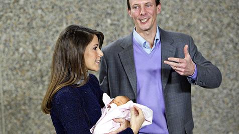 Joachim und Marie von Dänemark zeigen ihr Baby (Bild: EPA)