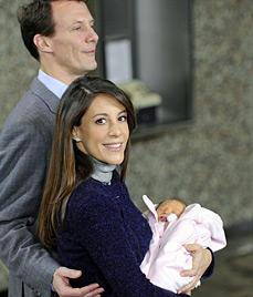 Prinzessin Marie von Dänemark zeigt ihr Töchterchen (Bild: AP)