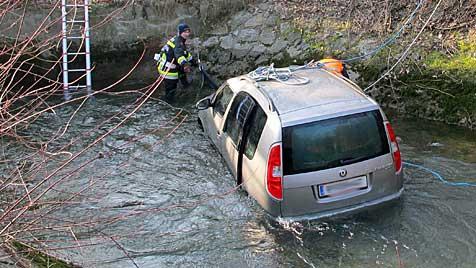 Auto stürzt in Bach: 72-jähriger Lenker hilflos erfroren (Bild: APA/FF HERZOGENBURG-STADT)