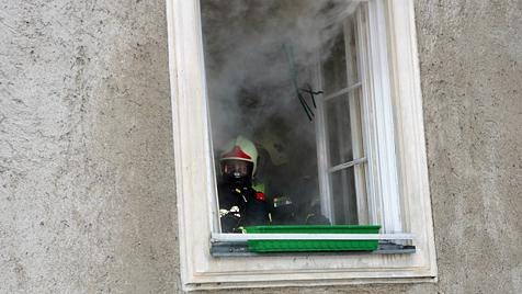 Kinder und Eltern bei Zimmerbrand in Krems verletzt (Bild: FF Krems/Donau M. Wimmer)
