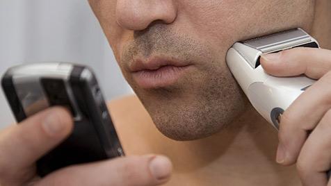 Drei Viertel aller Nutzer nehmen ihr Handy mit ins Bad (Bild: thinkstockphotos.de)